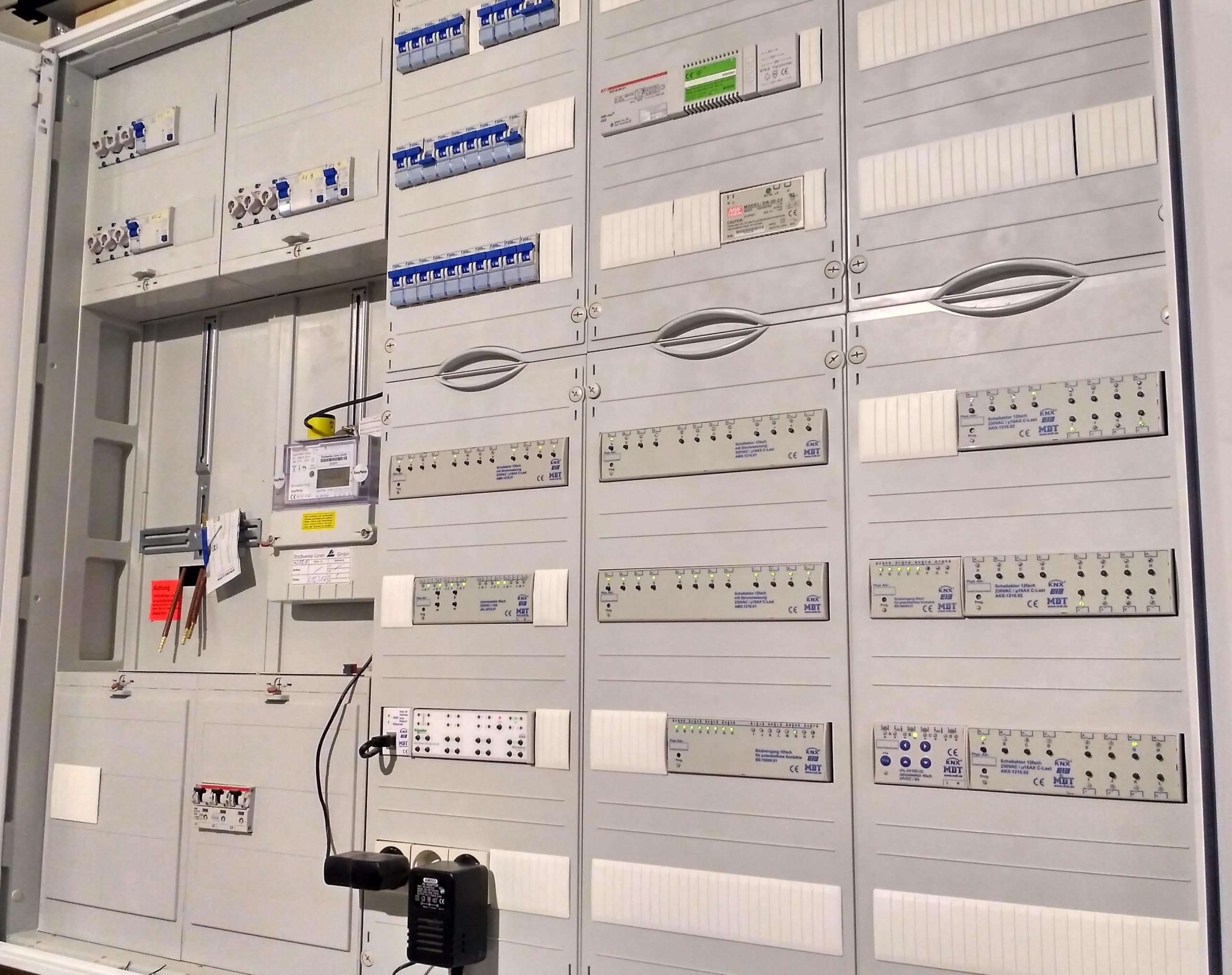 Ein KNX Schaltschrank mit Automaten